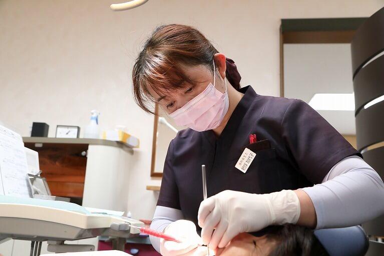 岩崎歯科医院の歯石とりや歯のクリーニングは、訓練を受けた衛生士が担当しています。